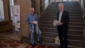 Sozialdezernent Stefan Kühn nimmt Masken entgegen