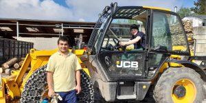 Ozan und John Lee absolvierten erfolgreich ihr Praktikum am Holzenergiehof